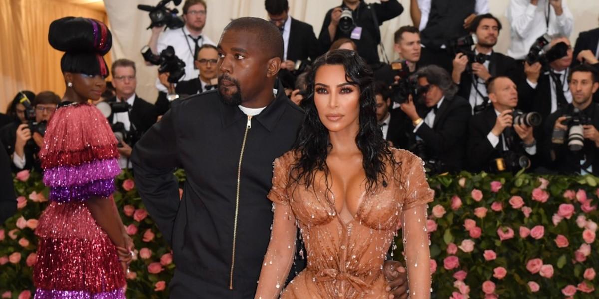 ¿Cómo logró meterse Kim Kardashian en el apretado vestido que usó en la gala MET?