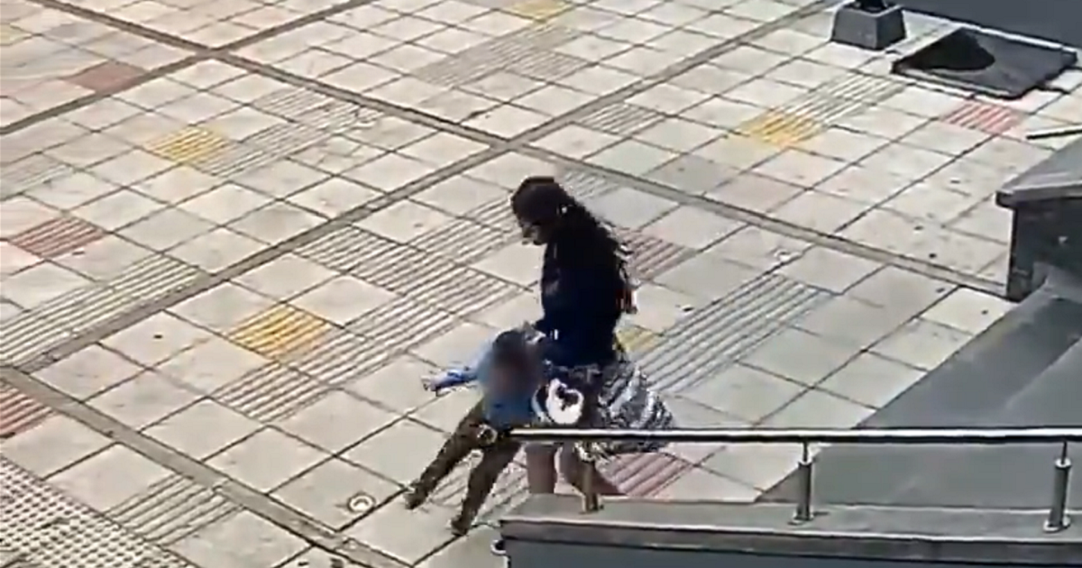 Niño terminó en Medicina Legal tras cruda golpiza de su tía frente a alcaldía