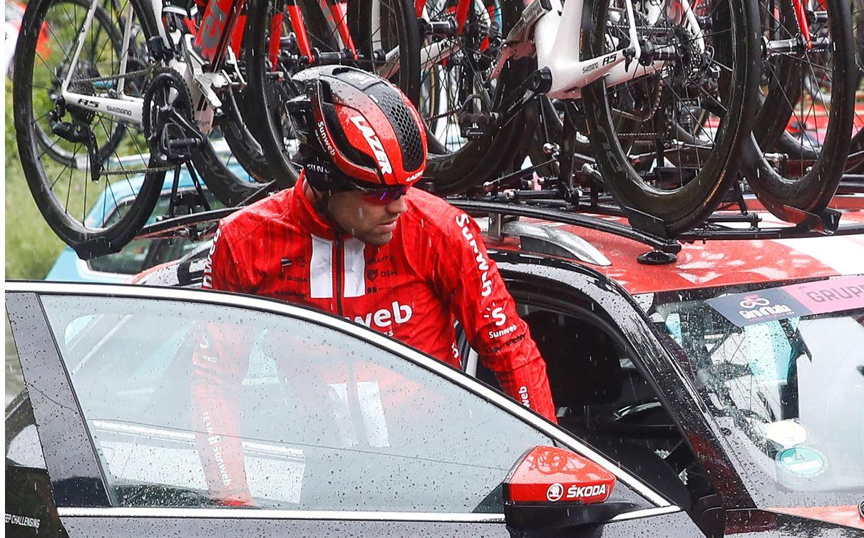 ¡Se bajó uno de los favoritos! Tom Dumoulin abandonó el Giro por fuerte dolor en la rodilla