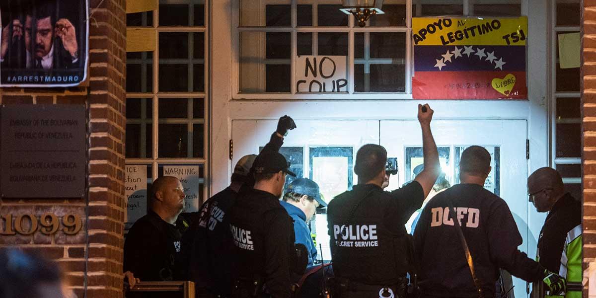 Activistas de la embajada de Venezuela en EE. UU. frenan desalojo