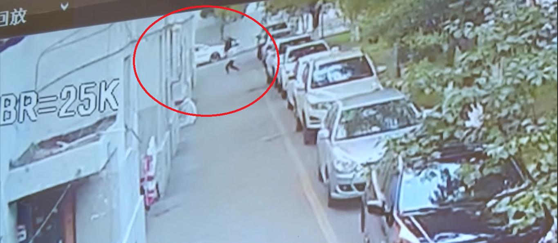 El video del hombre que arriesgó su vida para salvar a un bebé que cayó de un quinto piso