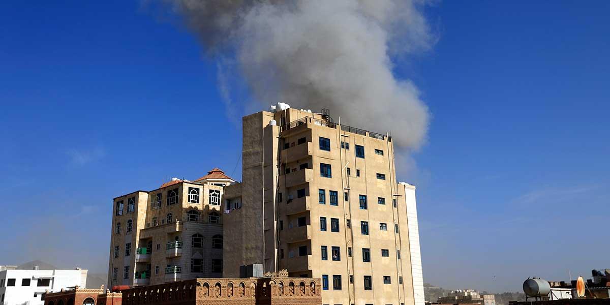 Arabia Saudí confirma bombardeo en Yemen y acusa a Irán de atacar oleoducto