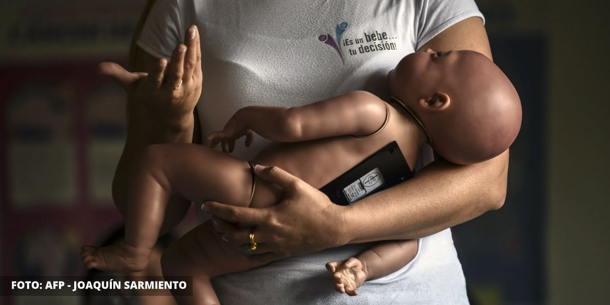 Con bebés robots buscan frenar el embarazo adolescente en Colombia