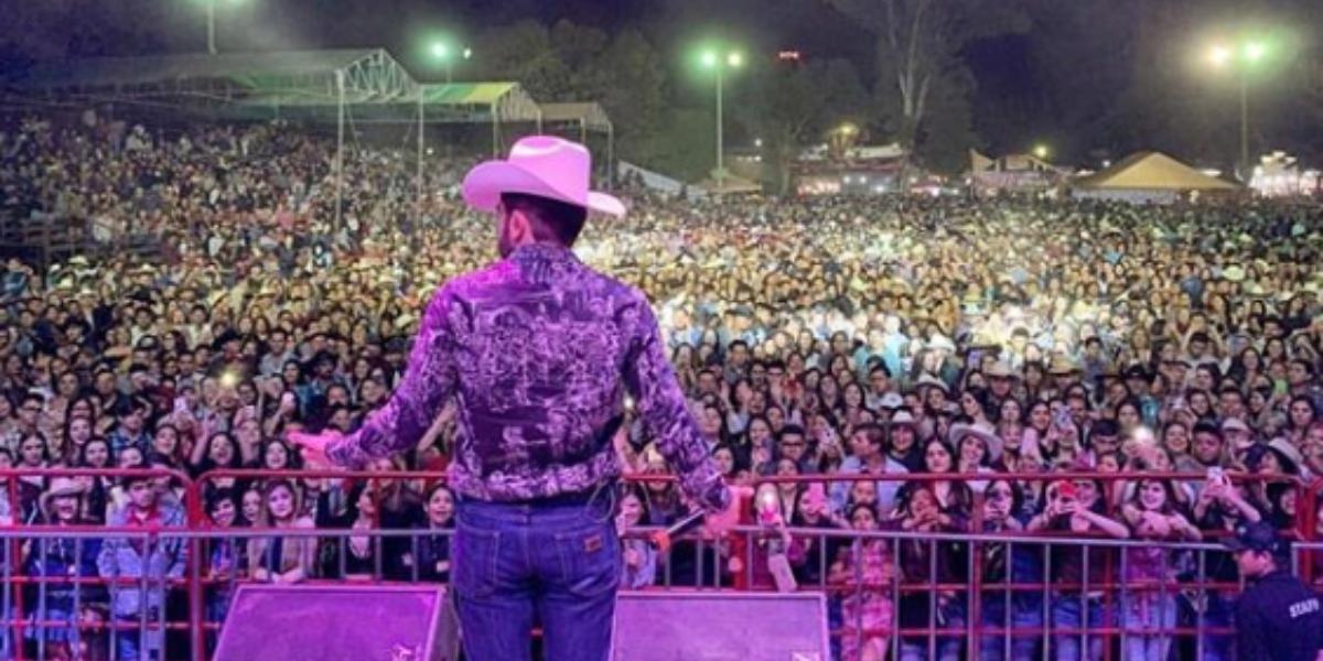 Joss Favela lanza su nuevo álbum 'Caminando'