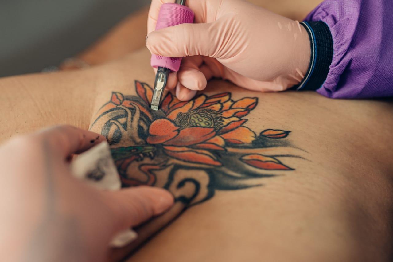 «Quería tener algo diferente», El joven colombiano que se tatuó completamente el pene