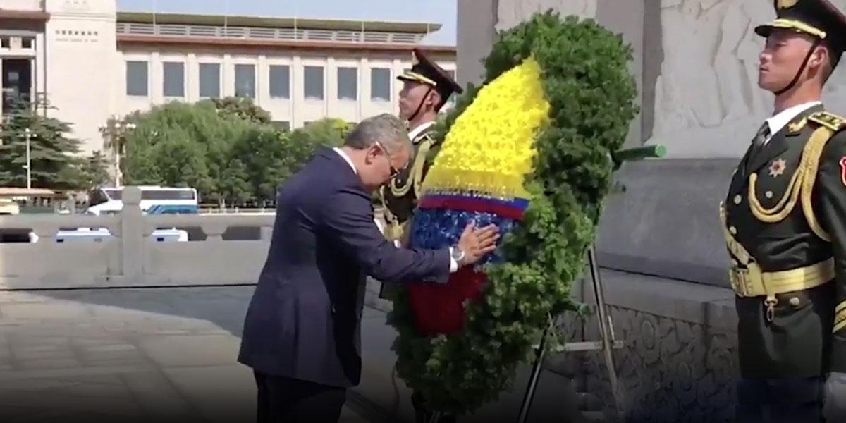 La particular ofrenda del presidente Duque a los mártires de la revolución comunista