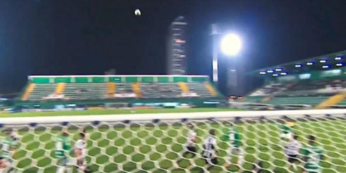¿Un fantasma? El extraño movimiento del balón en partido del Chapecoense que es viral