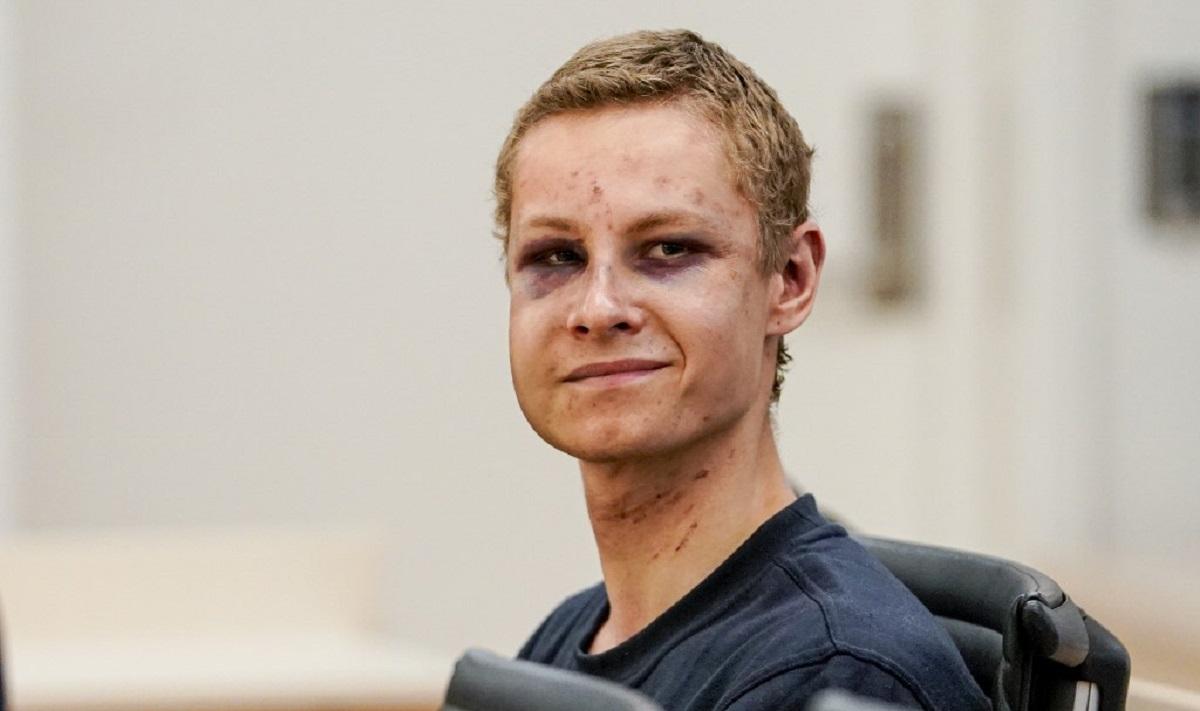 (Fotos) Sonriente, pero lleno de heridas, apareció atacante de mezquita ante el juez