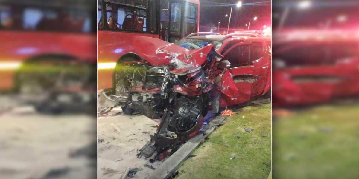Robo de camioneta termina con policías atropellados y choque con Transmilenio