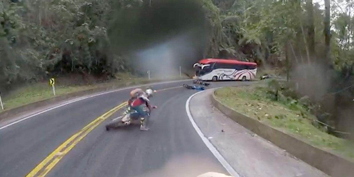 La curiosa campaña para evitar que un motociclista se caiga en Bucaramanga