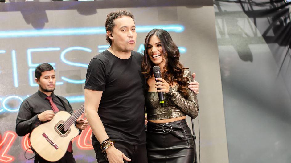 (Video) ¡Coqueto! Danny Marín le robó un beso a Dareska en pleno show
