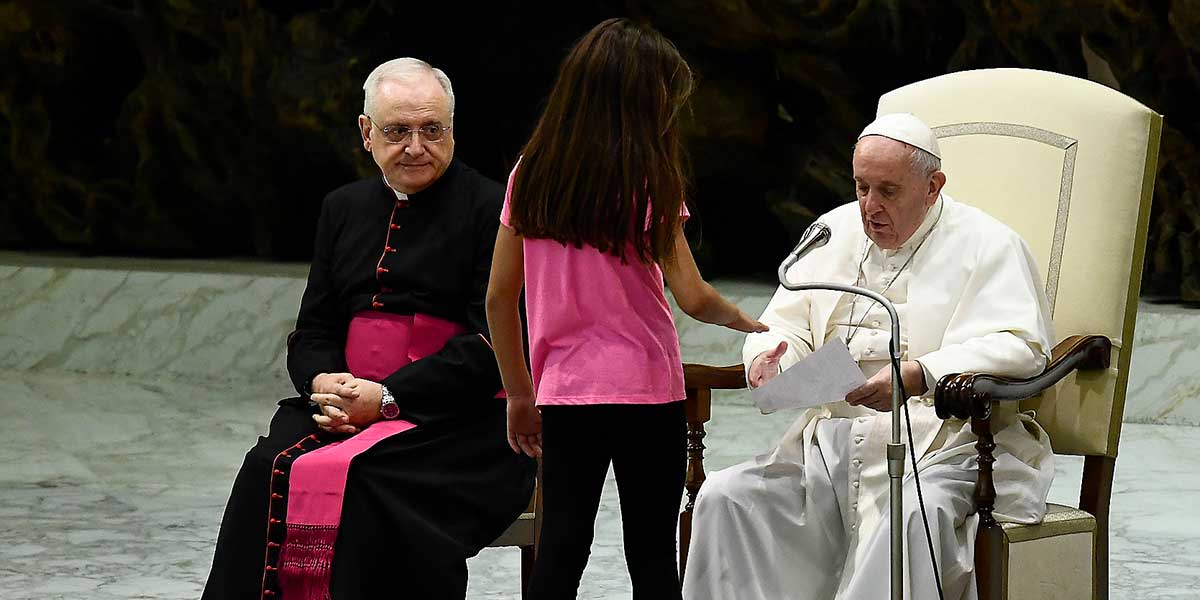La conmovedora reacción del papa con una niña que rompió el protocolo de su audiencia