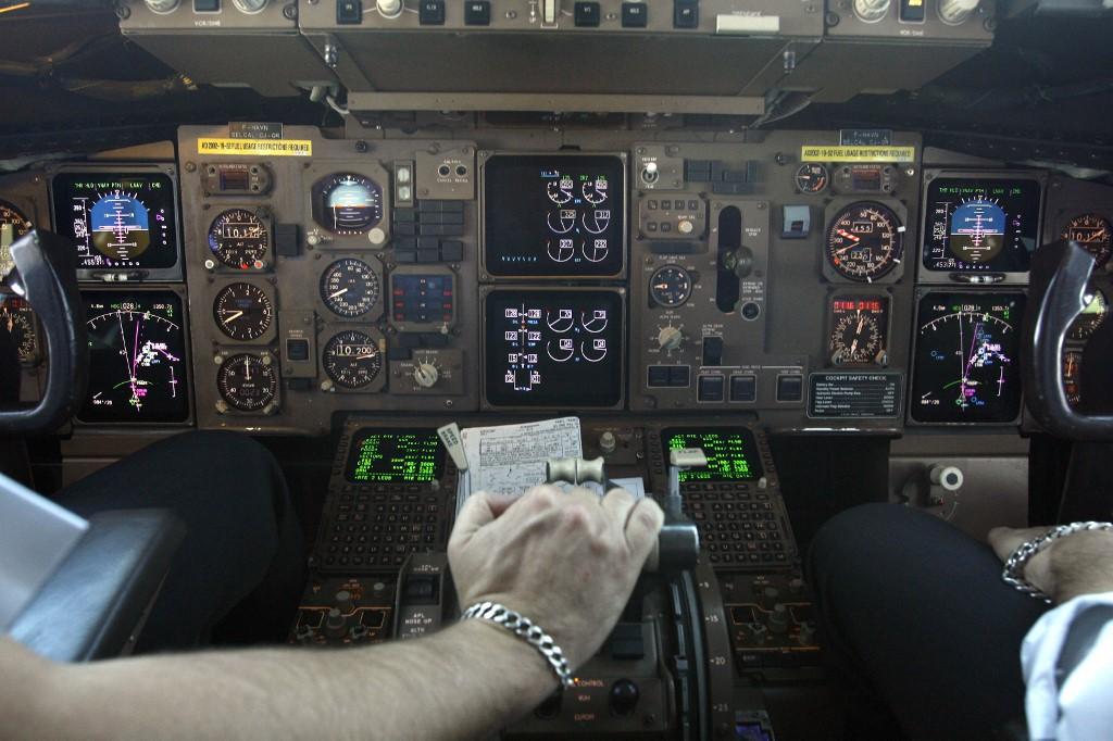 Piloto derramó un café en pleno vuelo y obligó a desviar el rumbo con 326 pasajeros a bordo