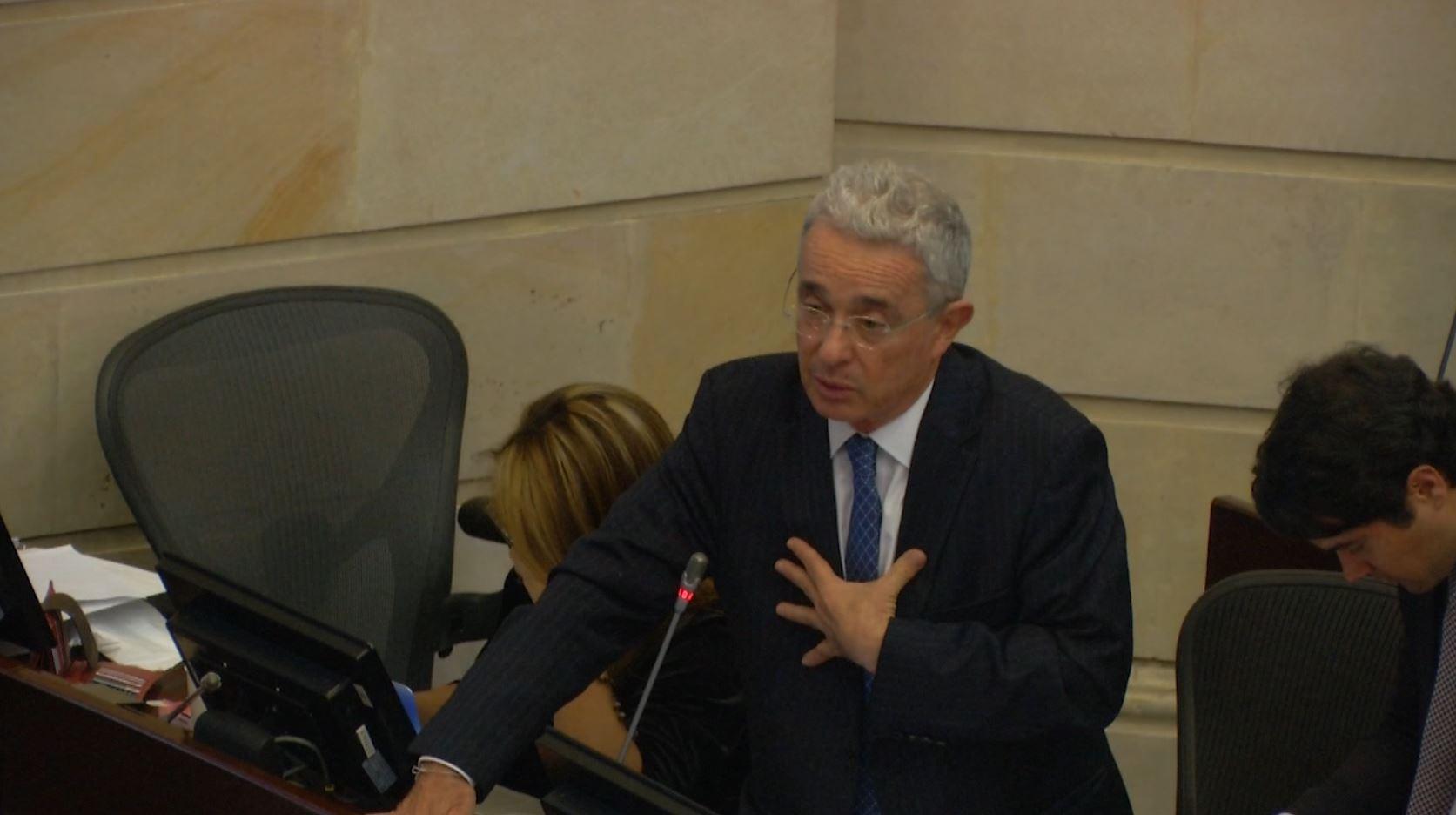 El enérgico llamado de Álvaro Uribe pidiéndole claridad al ministro Carrasquilla