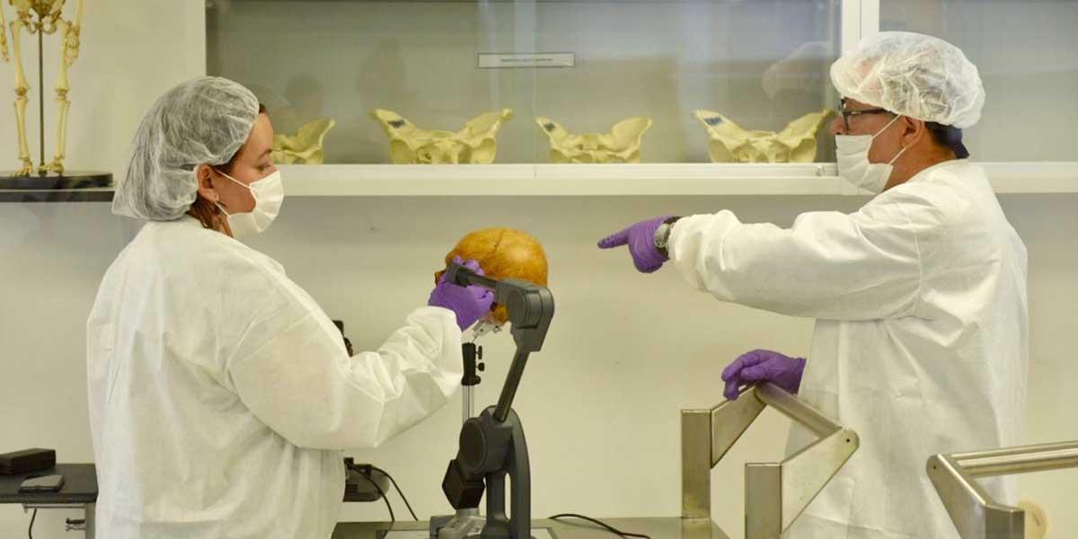 Gobierno de Estados Unidos dona equipos forenses para identificar restos de víctimas en Medellín