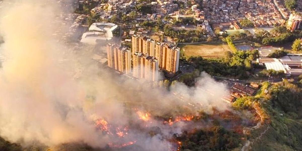 Organismos de socorro trabajan para extinguir incendio en el Cerro de las Tres Cruces en Medellín