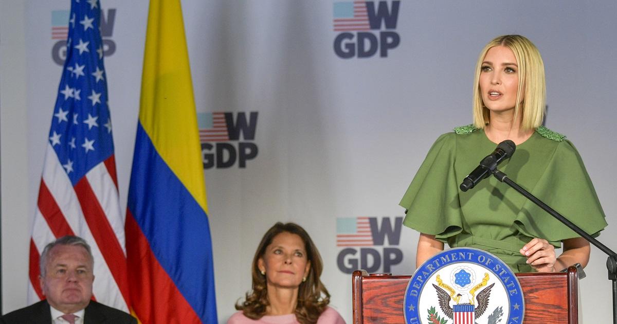 """""""Parece enfermera"""" y otras críticas al primer vestido de Ivanka Trump en Bogotá"""