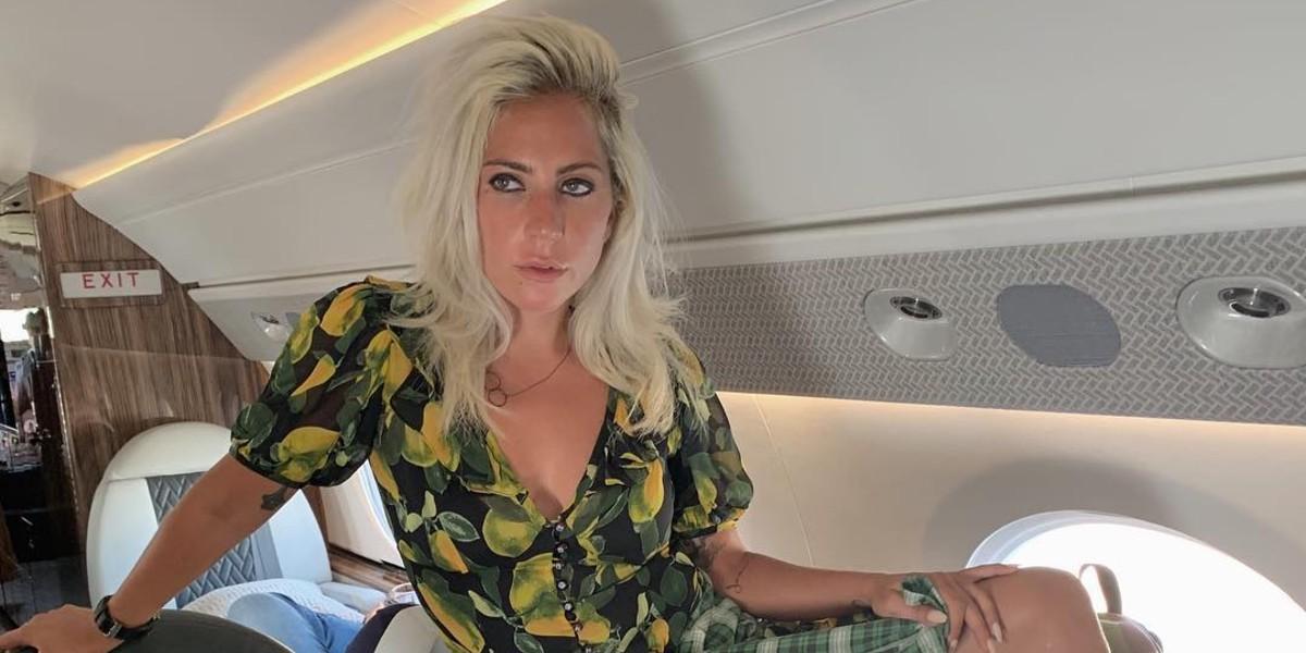El 'totazo' que se dio Lady Gaga tratando de subirse a su convertible