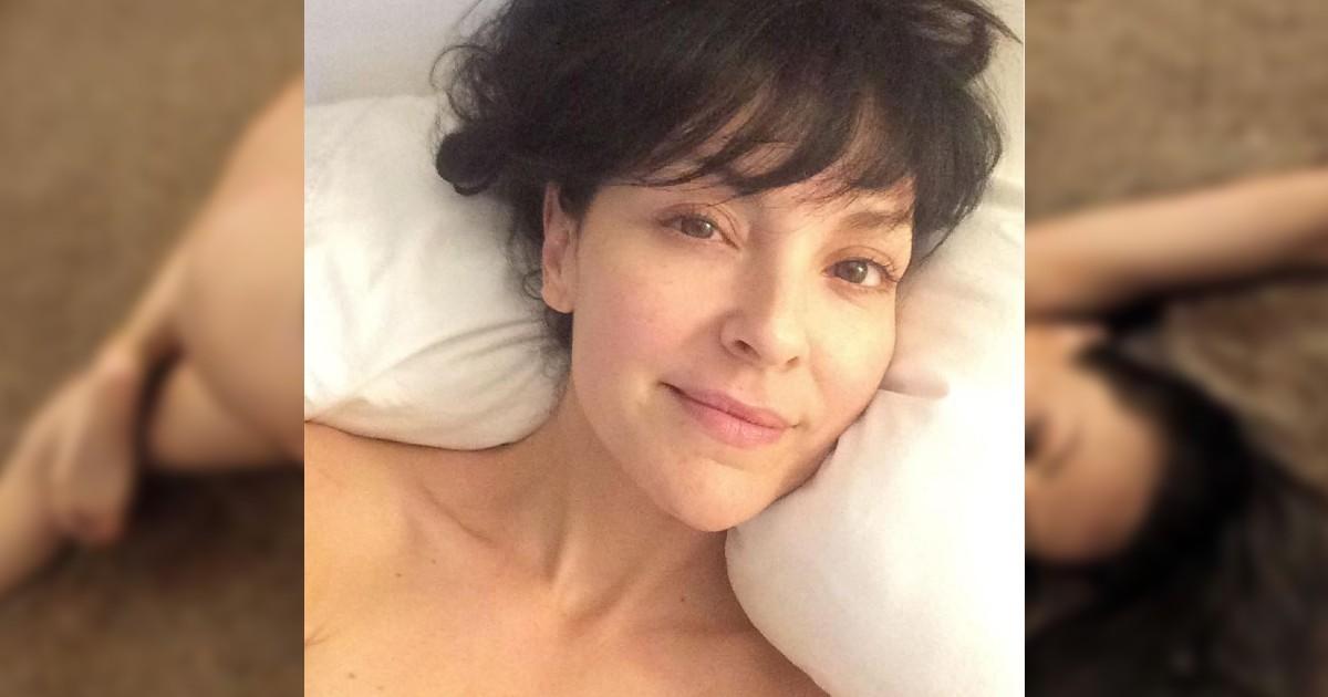 """No bajan de """"mamacita rica"""" a Carolina Gómez por foto desnuda en la playa"""