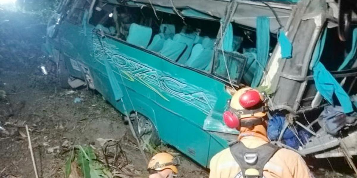 Un muerto deja caída de bus a un abismo en la vía Cajamarca – Ibagué