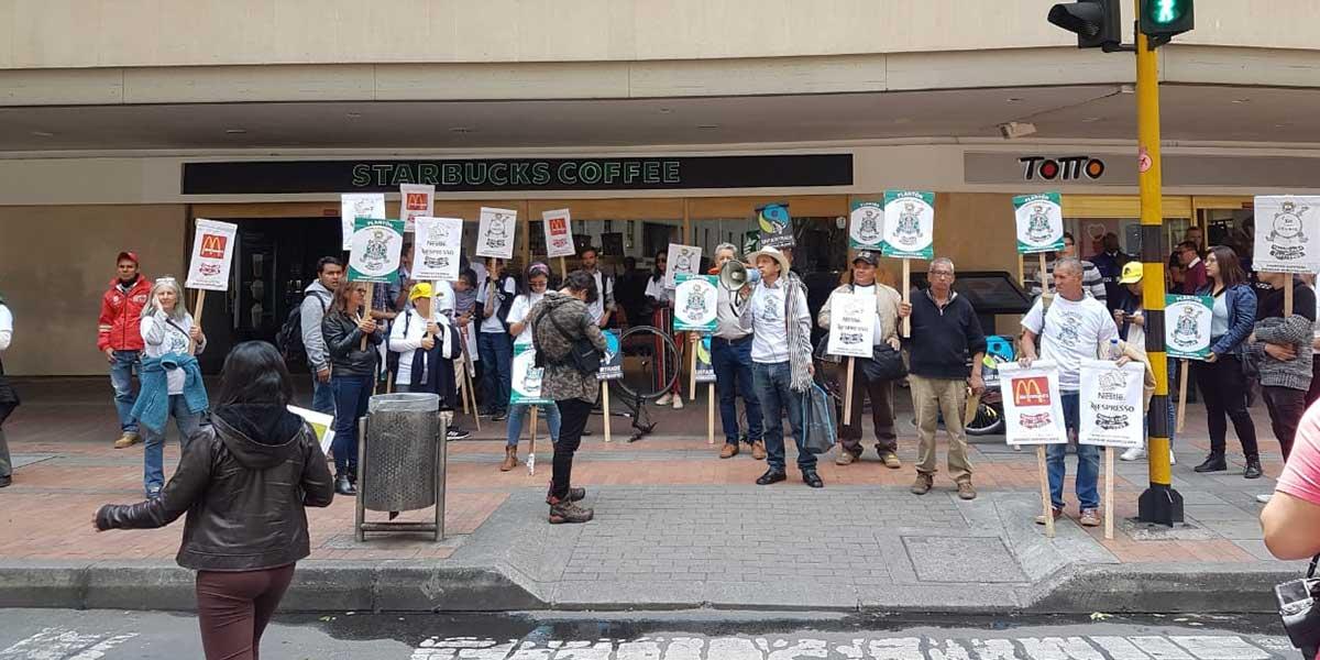 Cafeteros colombianos protestaron frente a Starbucks para exigirle precios justos