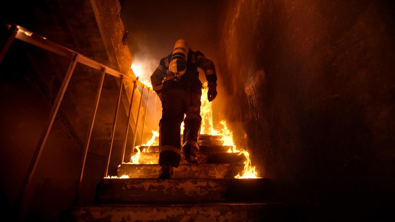 Mujer estaba quemando las cartas de amor de su exnovio y terminó incendiando su propio apartamento