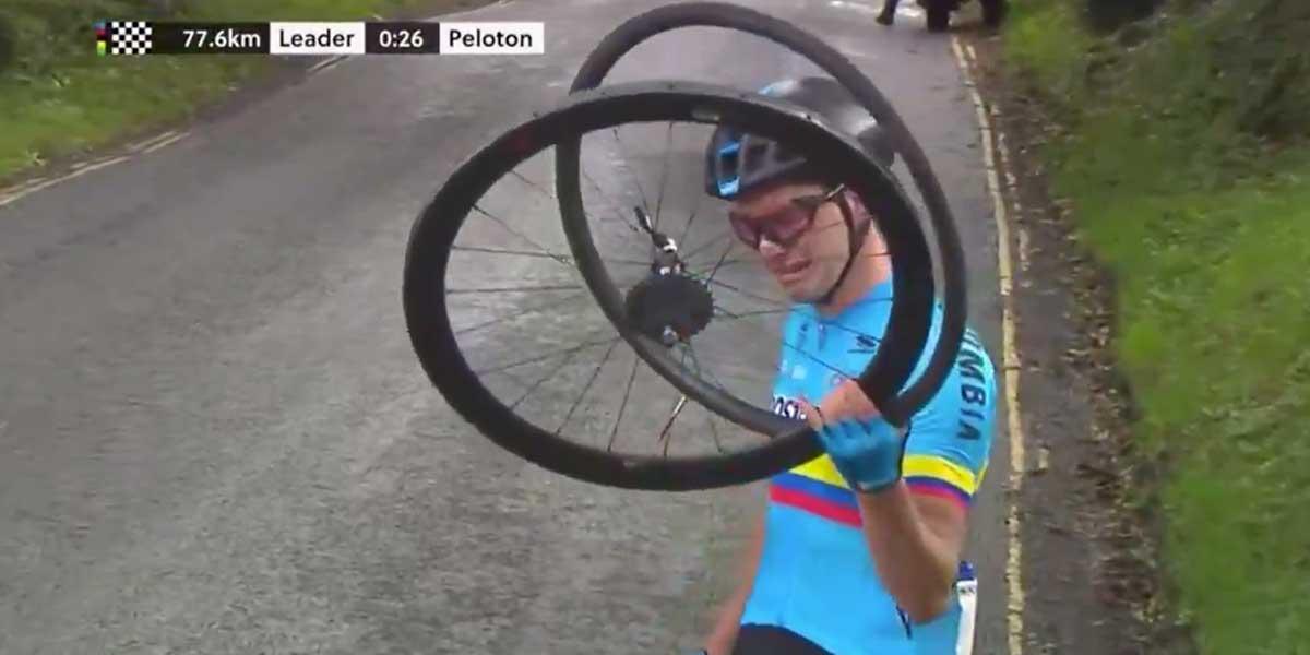 ¡Qué impotencia! Colombiano Germán Gómez llora desconsolado por no recibir asistencia en el mundial de ciclismo