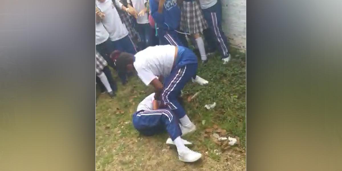 Adolescentes en Medellín pelearon a la salida del colegio hasta que una de ellas quedó inconsciente
