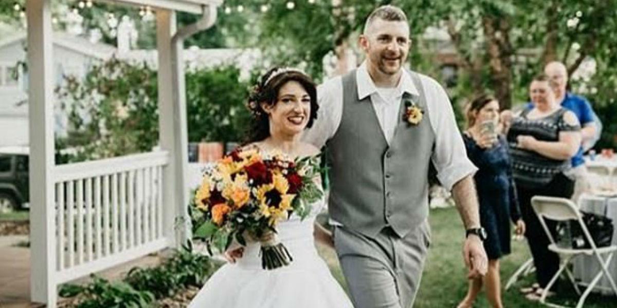 Dama de honor se presentó disfrazada de dinosaurio a la boda de su hermana