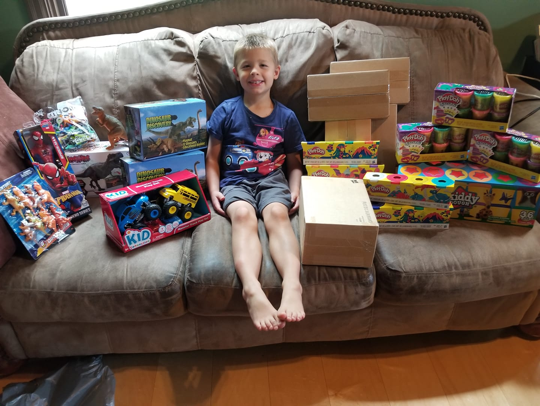 Un niño de 5 años que sobrevivió al cáncer donó 3.000 juguetes al hospital donde fue atendido