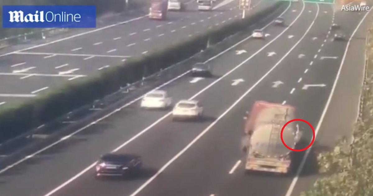 ¡Impresionante! Tractomula con gasolina se volteó por no aplastar carro varado