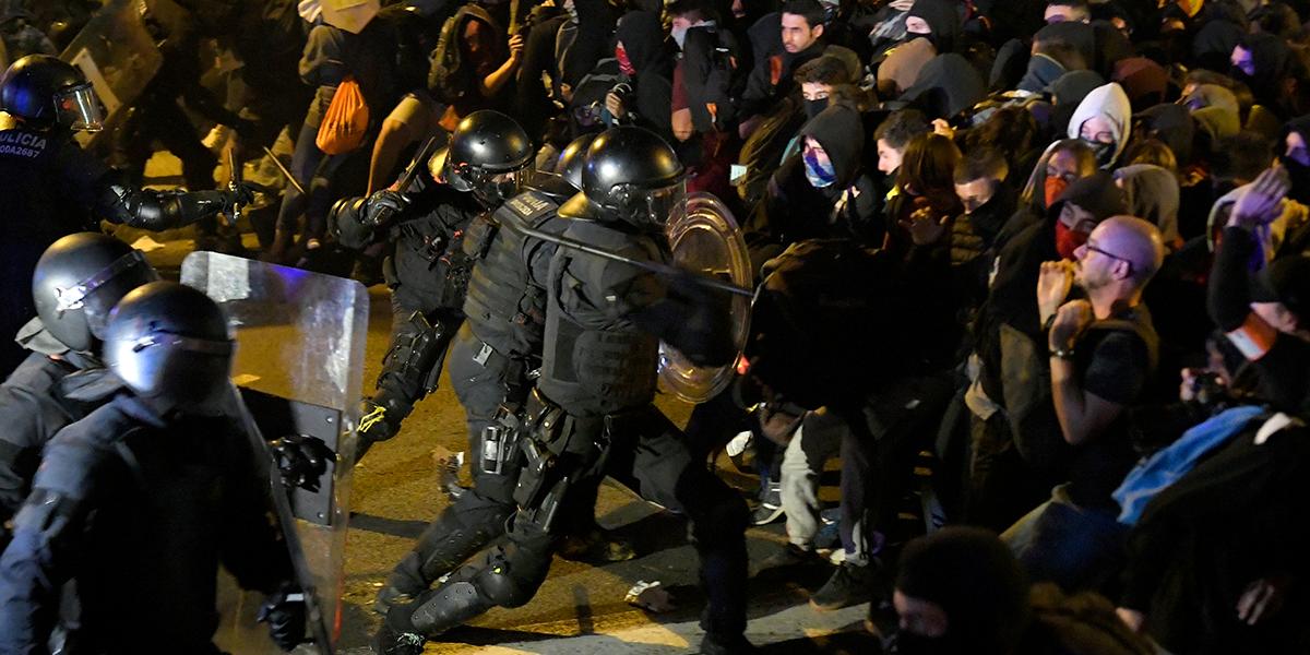 Más de 50 arrestos tras noche violenta de protestas en Cataluña