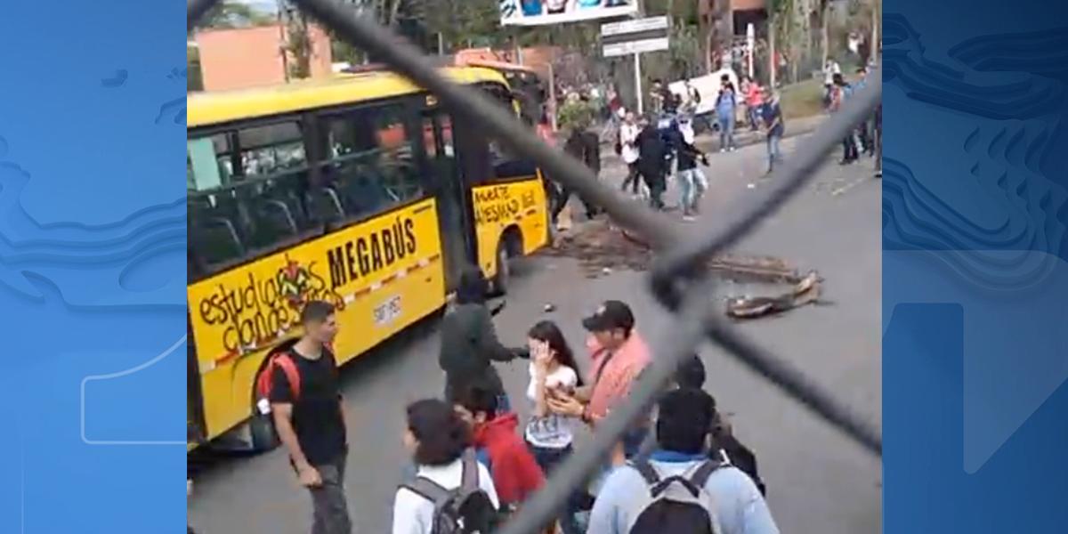 Encapuchados bloquean vías aledañas a la Universidad Tecnológica de Pereira