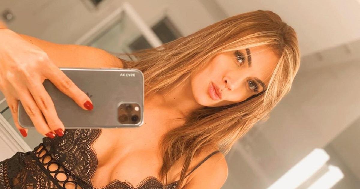 Sara Uribe mostró su voluptuosa cola acostada boca abajo en sexy tanga