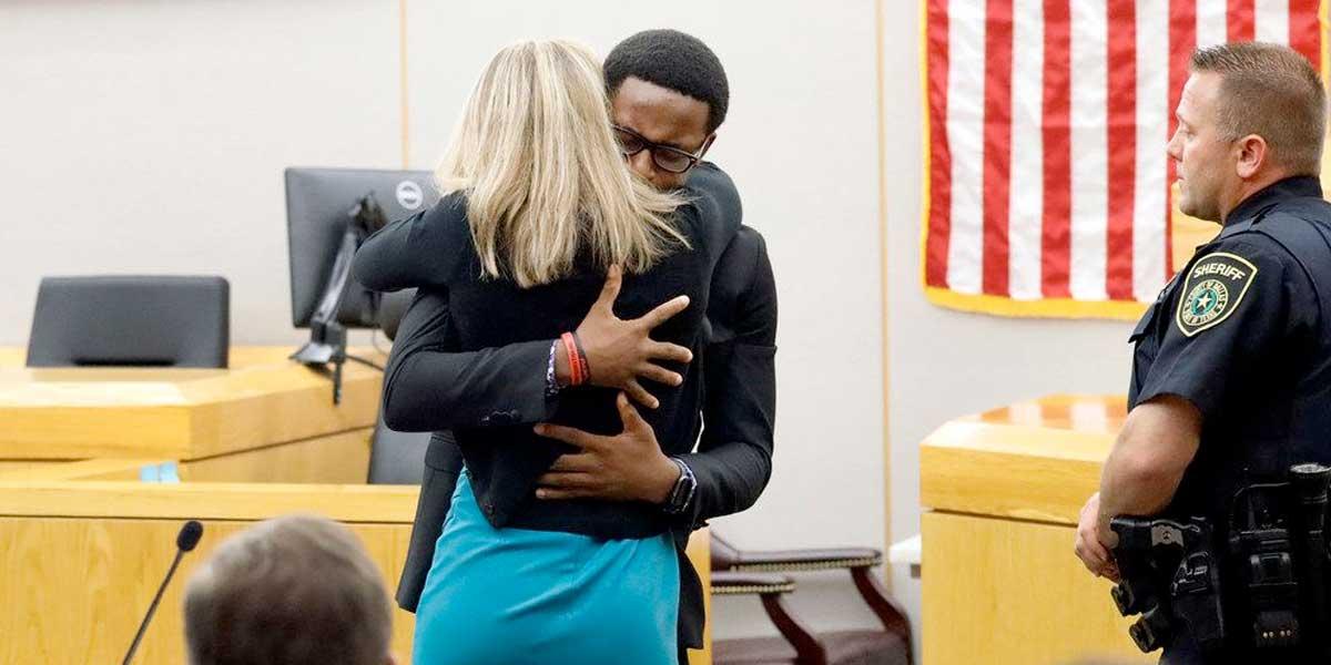 Extraordinario gesto de perdón: un joven de Texas abraza a asesina de su hermano