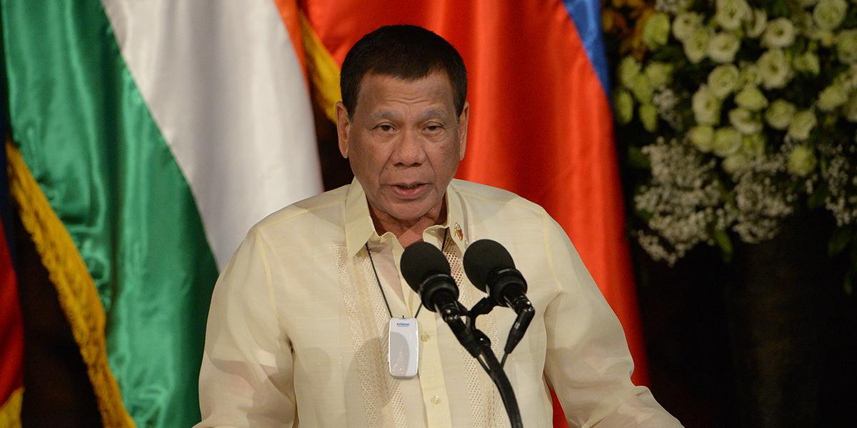 """Presidente filipino le dijo a su nuevo jefe de policía que es """"libre de matar a todos"""""""