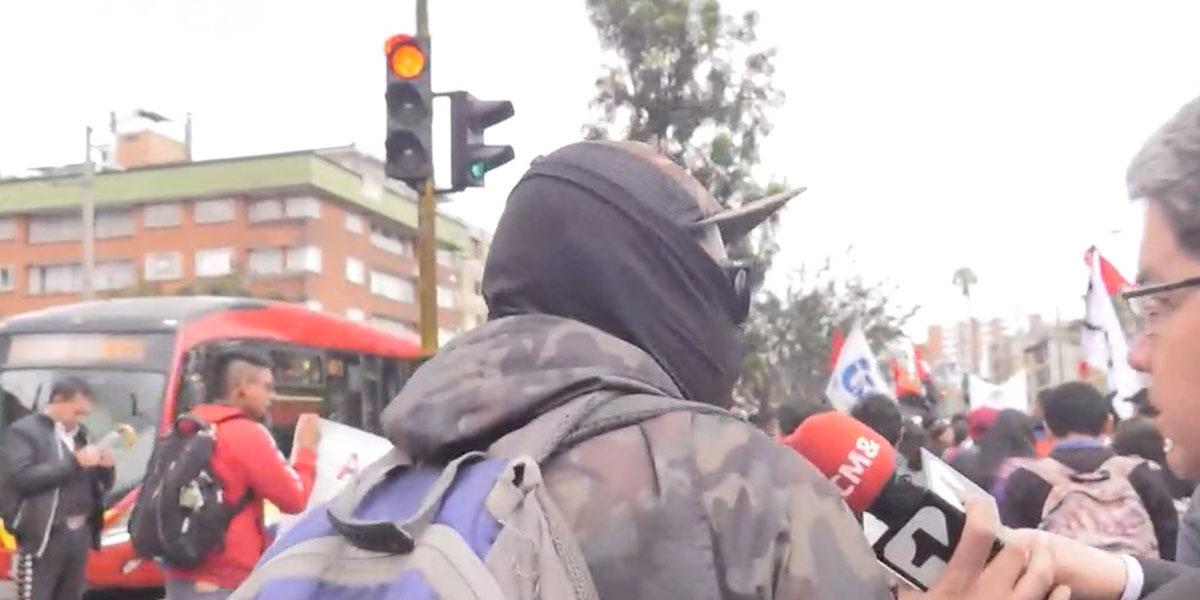 ¿Quiénes son los grafiteros encapuchados de las marchas? Hablamos con uno de ellos