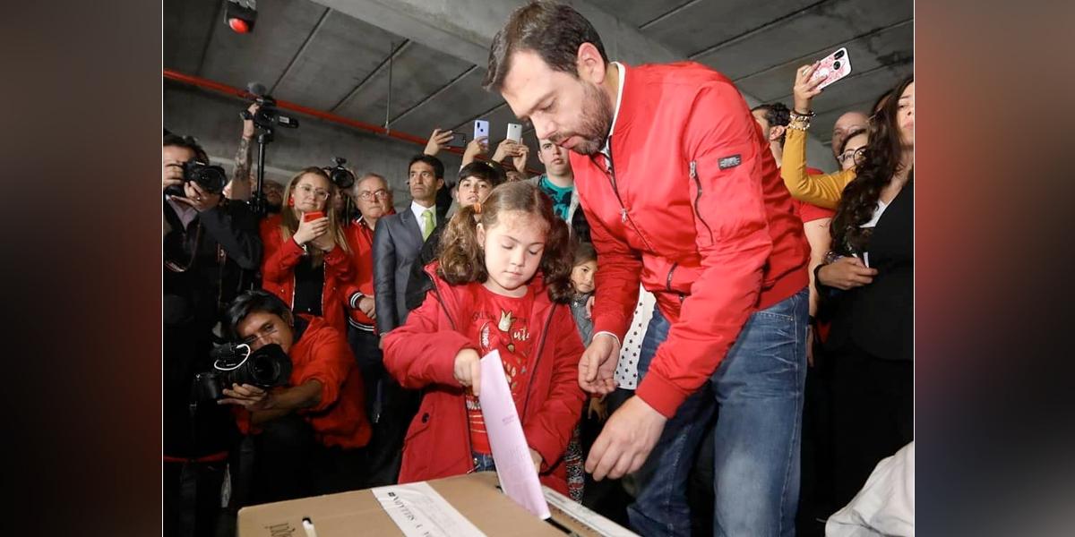Galán se declaró optimista y votó en compañía de su hija en Bogotá