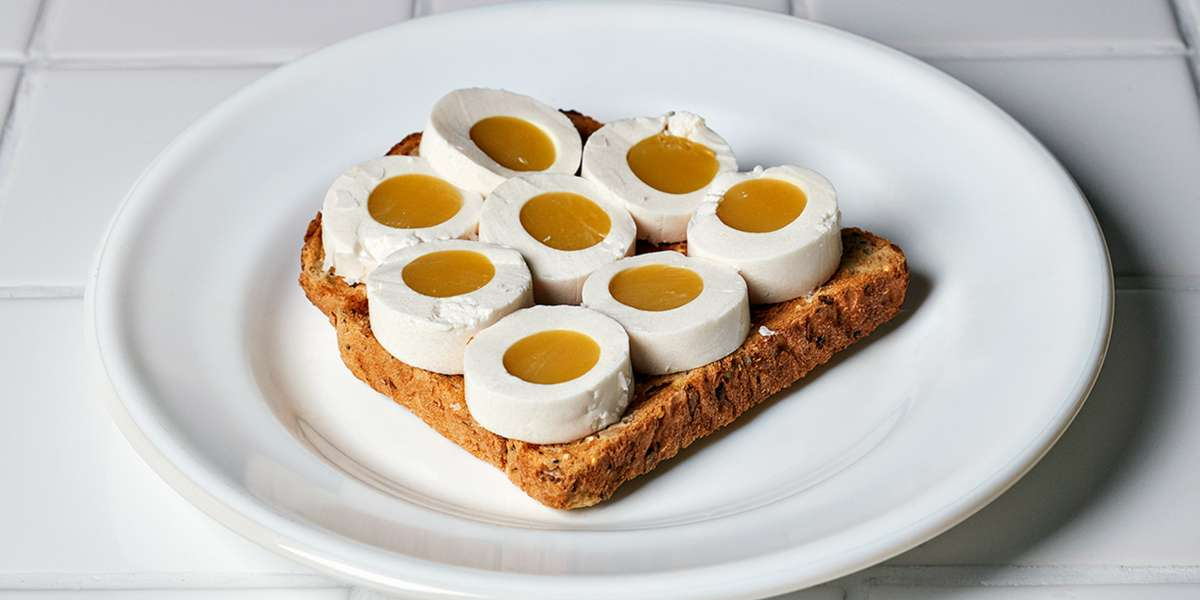 Mujer crea el primer huevo que no necesita de gallinas, pero que sabe igual