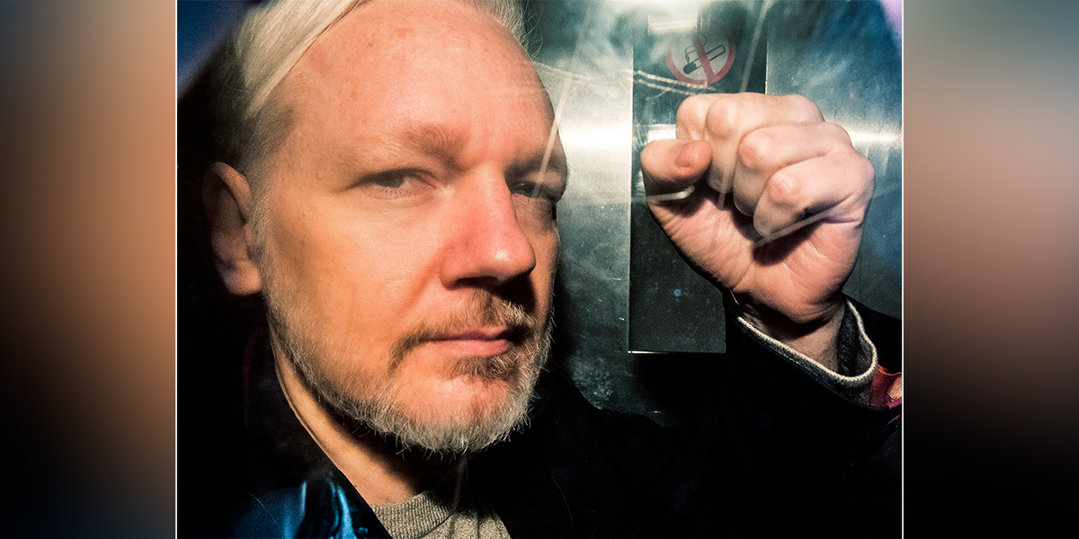Assange compareció ante la justicia británica con dificultades para hablar
