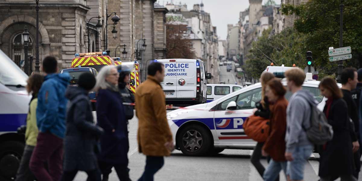 Un hombre ataca con un cuchillo a varios policías en París