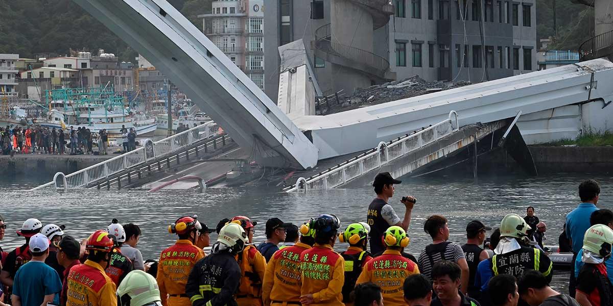 Impresionante video muestra la caída de un puente en Taiwán: hay al menos 20 heridos