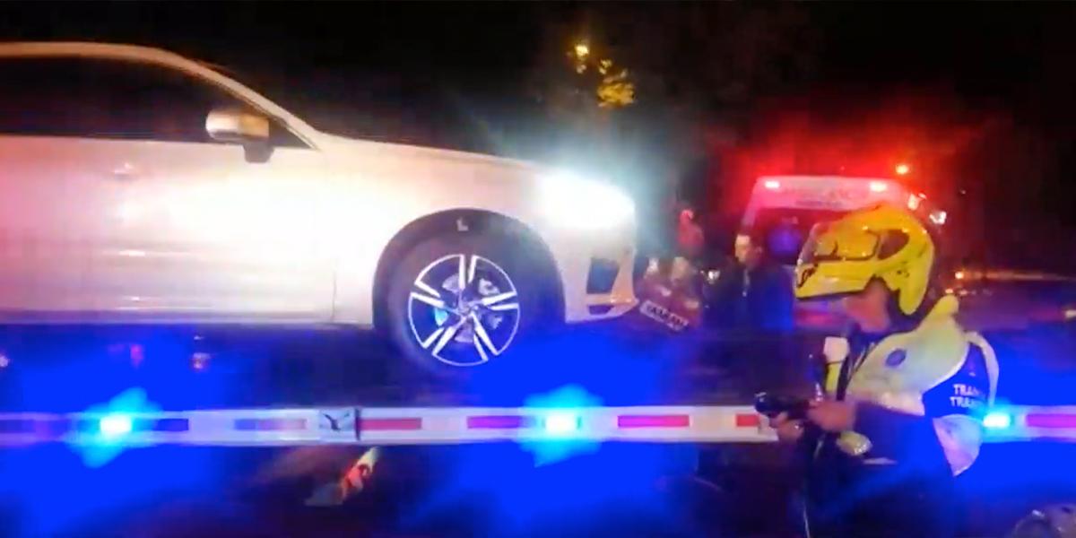 Buscan al dueño de una camioneta Volvo que arrolló a cinco motociclistas en Bogotá
