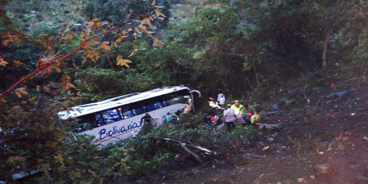 Bus rodó en la vía Cúcuta-Pamplona: una niña muerta y 36 heridos
