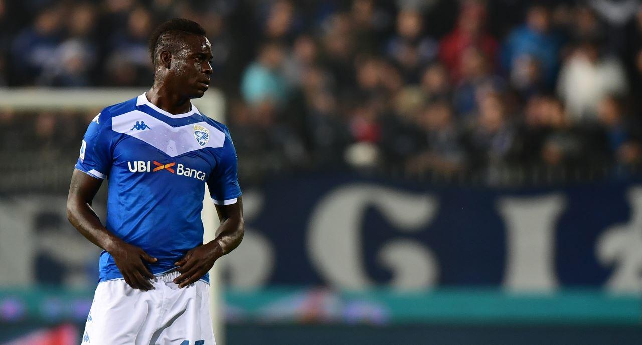 Hinchas racistas de Hellas Verona que insultaron a Balotelli celebraron cuando el delantero reaccionó