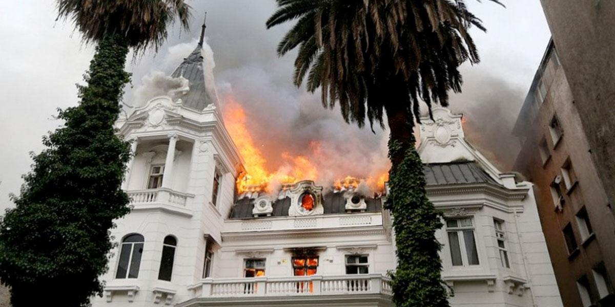 Se incendia edificio histórico en el centro de Santiago durante protesta