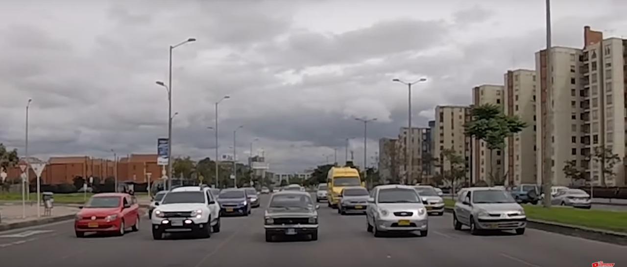 (VIDEO) Conductores coparon avenida principal de Bogotá respetando límite de velocidad y se armó tremendo trancón