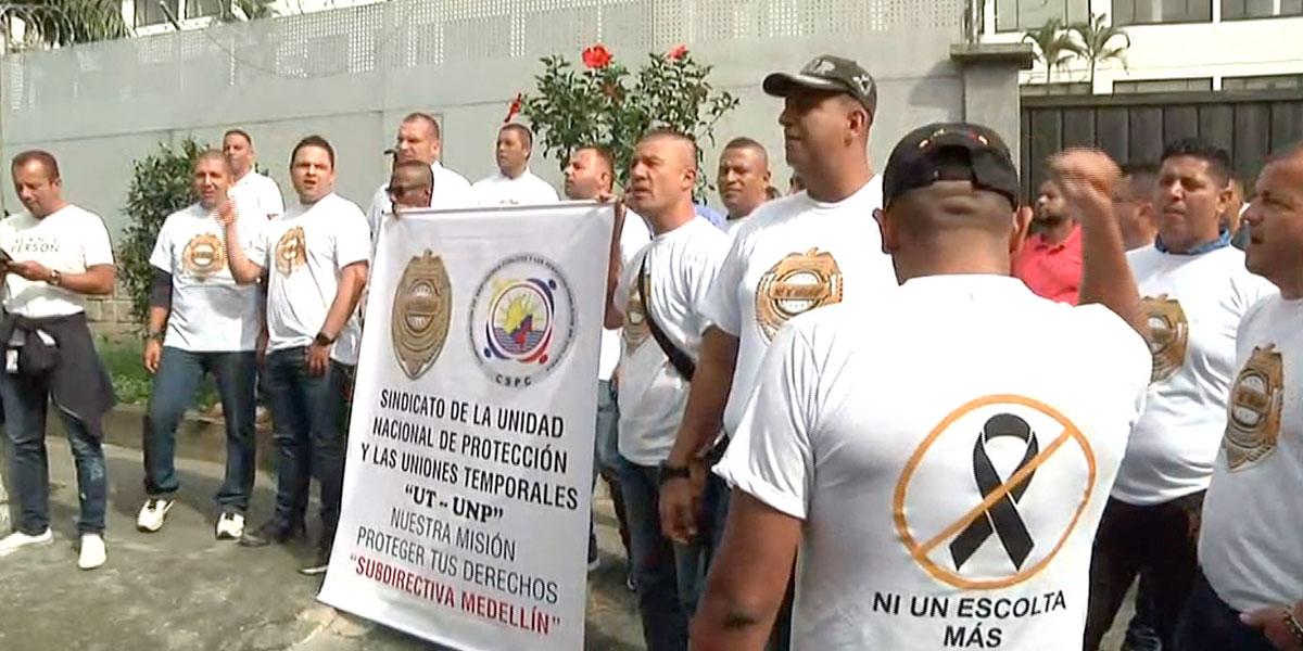 Escoltas de la Unidad Nacional de Protección protestan en Medellín