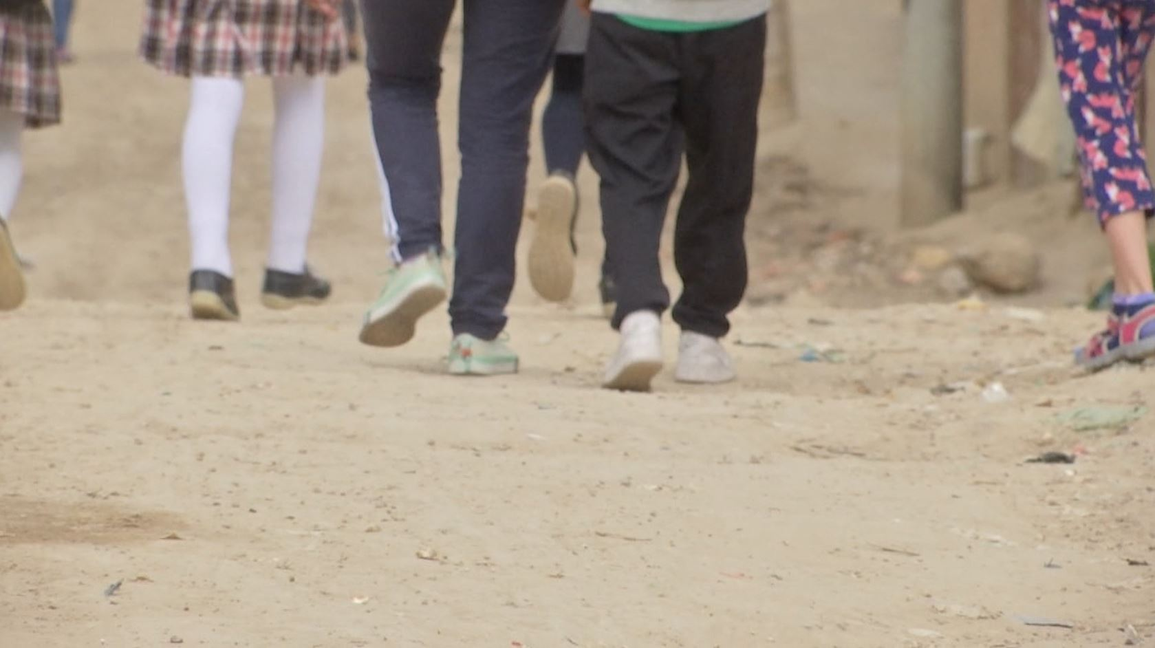Estos niños tienen que caminar casi una hora para poder llegar su colegio