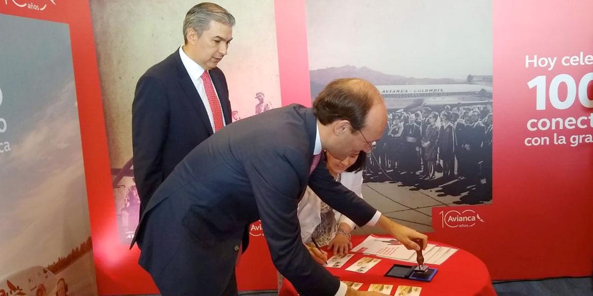 Presentan estampilla homenaje a los 100 años de Avianca